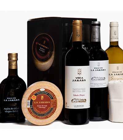 Estuche compuesto por tres botellas de vino, botella de aceite y queso manchego artesano