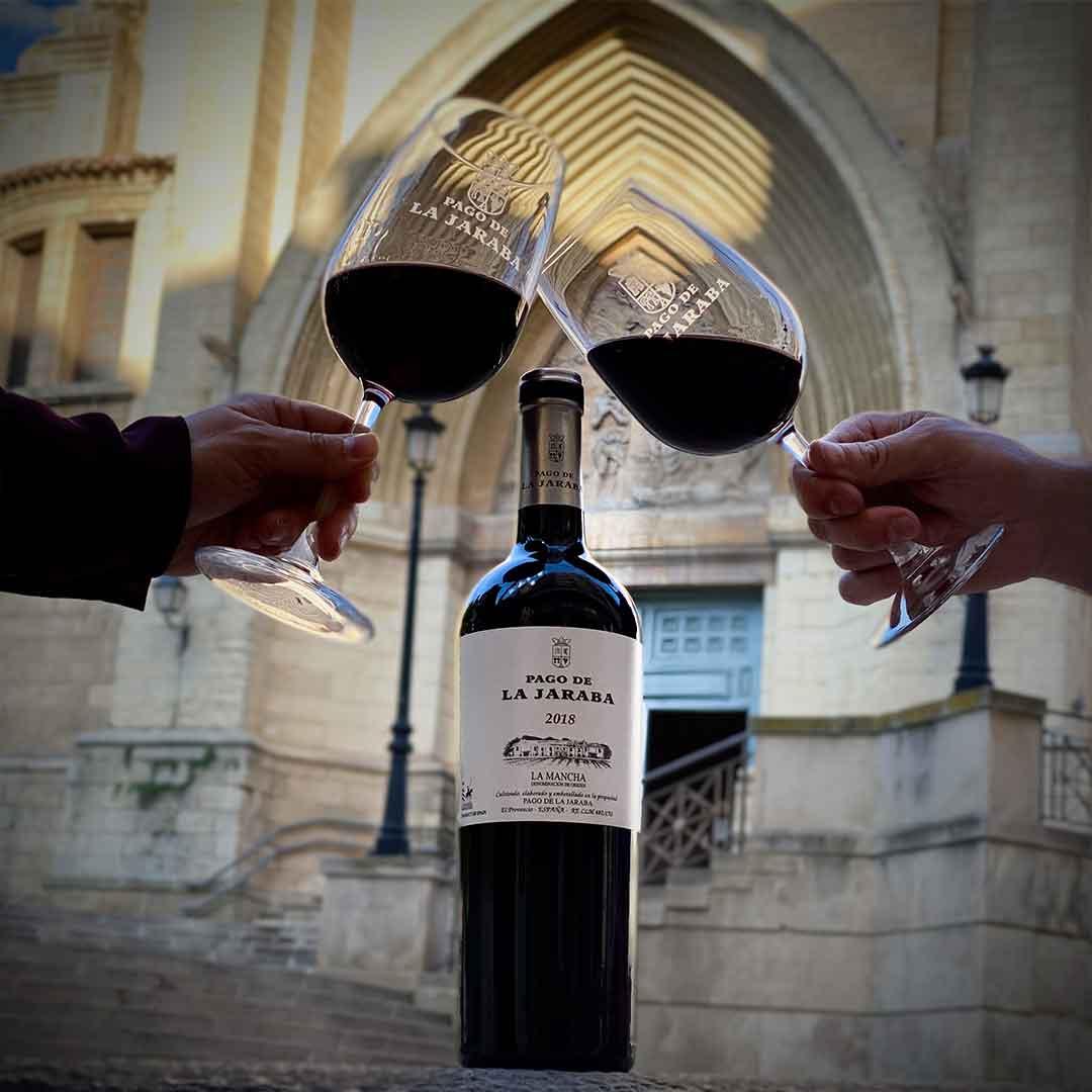Copas-brindando-con-botella-de-vino-pago-de-la-jaraba